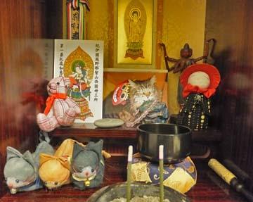 今年のゆずの仏壇です。石が増えてるの
